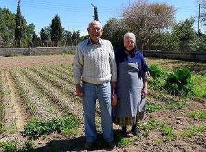 Toni y Francisca, en el huerto
